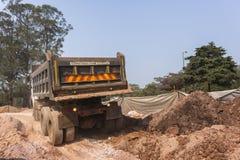 Lastbil som dumpar jordvallar Arkivfoton