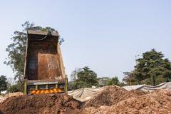Lastbil som dumpar jordvallar Arkivfoto