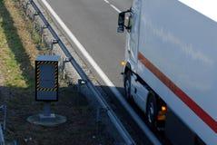 Lastbil som förbigår en radar som kontrollerar hastighet arkivfoton