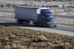 Lastbil som flyttar sig ner huvudvägen Royaltyfri Fotografi