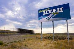 Lastbil som kör forntidsvälkomnande till det Utah tecknet arkivbild