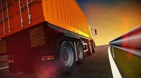 Lastbil som kör på huvudvägvägen på solnedgång Arkivfoto