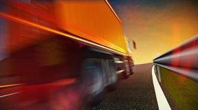 Lastbil som kör på huvudvägvägen på solnedgång Royaltyfria Foton