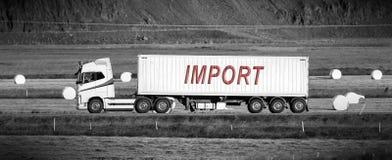 Lastbil som kör till och med en landsbygd - import royaltyfri bild