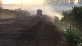 Lastbil som korsar den dimmiga skogen arkivfilmer