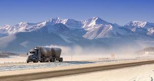 Lastbil som kör i berg Arkivfoto