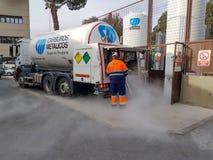 Lastbil som laddar upp de stora behållarna för syre och för gasformigt grundämne av ett sjukhus royaltyfria bilder