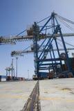 Lastbil som laddas med behållare som lämnar hamnstaden royaltyfri foto