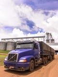 Lastbil som laddas med sojabönor Arkivfoto
