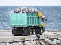 Lastbil som laddas med tonfisk i den Gensan staden, Filippinerna arkivfoto