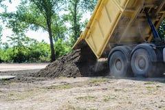 Lastbil som lastar av smuts och sand Royaltyfri Bild