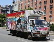 Lastbil som täckas med grafitti i Lower Manhattan Arkivfoto
