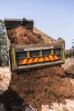 Lastbil som tippar jordvallar Fotografering för Bildbyråer
