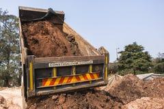 Lastbil som tippar jordvallar Royaltyfria Foton