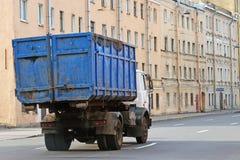 Lastbil transporter avskrädebehållaren royaltyfri fotografi