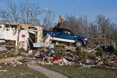 Lastbil uppe på förstört hem efter tromb Arkivfoton