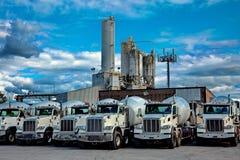 Lastbilar för cementväxt- och cementblandare Royaltyfri Foto