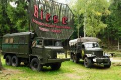 Lastbilar för den historiska polska för stjärna 660 och för sovjet ZIL 157 armén 6x6 Arkivbild