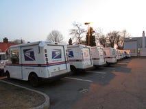 Lastbilar för USPS-postleverans med logo i Edison, NJ USA Royaltyfri Bild