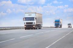 lastbilar går på huvudvägen Royaltyfri Foto