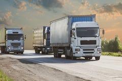 Lastbilar går på huvudvägen Arkivfoton