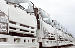 Lastbilar i en rad Arkivbild