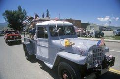 Lastbilar i Juli 4th ståtar, Lima, Montana royaltyfria foton