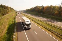 Lastbilar, medan köra, i bakgrunden ett trafikkontrollsystem arkivfoton