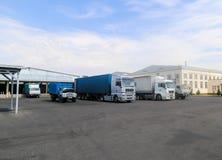 Lastbilar och biltransport i fabrik av produktion Arkivbild