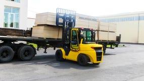 Lastbilar och biltransport i fabrik av produktion Royaltyfria Bilder