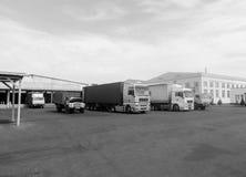 Lastbilar och biltransport i fabrik av produktion Royaltyfri Fotografi