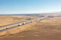 Lastbilar och en mellanstatlig motorväg Arkivfoto