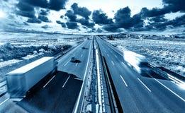 Lastbilar och huvudväg Arkivfoto