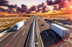 Lastbilar och huvudväg Arkivbild