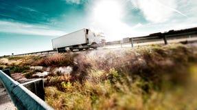 Lastbilar och huvudväg royaltyfri foto