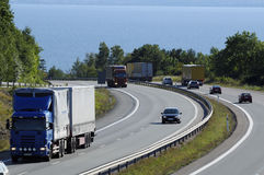 Lastbilar och trafik på upptagen motorväg arkivbild