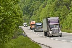 Lastbilar på berghuvudvägen Royaltyfri Foto