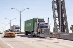 Lastbilar på bron i Miami Arkivfoton