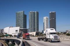 Lastbilar på bron i Miami Royaltyfri Fotografi