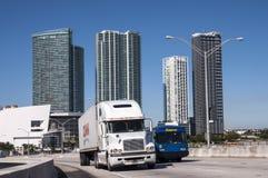 Lastbilar på bron i Miami Arkivbild
