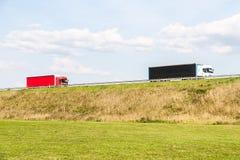 Lastbilar på den lantliga vägen Royaltyfri Bild