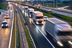 Lastbilar på dentillträde för fyra gränd huvudvägen i Polen Royaltyfri Bild