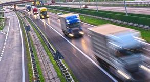 Lastbilar på dentillträde för fyra gränd huvudvägen i Polen Arkivfoton