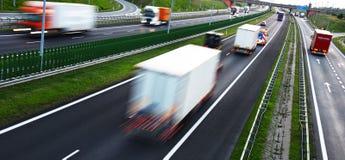 Lastbilar på dentillträde för fyra gränd huvudvägen i Polen Royaltyfria Foton
