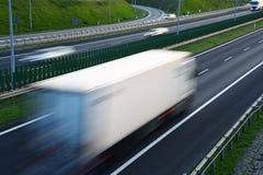 Lastbilar på dentillträde för fyra gränd huvudvägen i Polen Arkivbilder