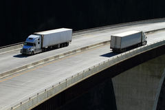 Lastbilar på en hög nivåbro 02 Arkivbild