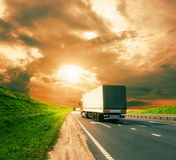 Lastbilar på en väg Arkivfoton