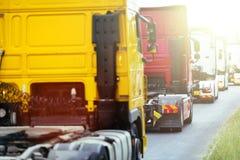 Lastbilar på vägen Arkivfoton