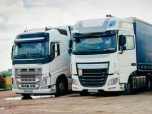 Lastbilar på vägen i Polen royaltyfria bilder