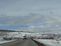 Lastbilar på vinterhuvudvägen Arkivbilder